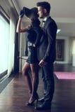 Молодой доминантный богатый человек с любовником хлыста обнимая стоковые изображения