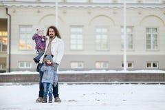 Молодой отец и его девушки на зимний день Стоковые Фотографии RF