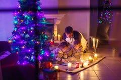 Молодой отец и его маленькие дети сидя a Стоковая Фотография