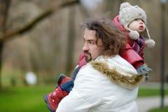 Молодой отец и его портрет дочери стоковые фотографии rf