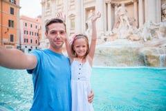 Молодой отец и маленькая девочка делая selfie в Колизее, Риме, Италии Портрет семьи на известных местах в Европе стоковая фотография