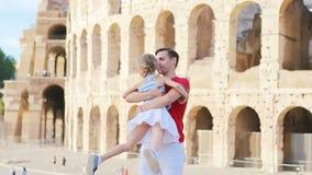 Молодой отец и маленькая девочка имея предпосылку Colosseum потехи, Рим, Италию Портрет семьи на известных местах в Европе видеоматериал