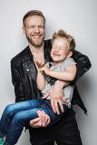 Молодой отец и сын смеясь над совместно День отцов Стоковые Фотографии RF