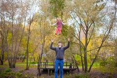 Молодой отец с его милой маленькой дочерью имеет Стоковая Фотография