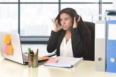 Молодой отчаянный стресс страдания коммерсантки работая на столе компьютера офиса Стоковые Фото