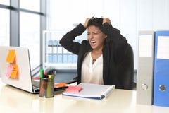 Молодой отчаянный стресс страдания коммерсантки работая на столе компьютера офиса Стоковые Фотографии RF