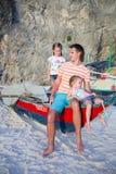 Молодой папа и его 2 маленькой девочки на шлюпке на стоковое изображение rf