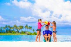 Молодой папа и маленькие девочки имея потеху во время Стоковые Изображения RF
