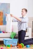 Молодой папа подготавливая прачечную стоковые изображения
