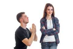Молодой парень вставать перед задней частью девушки совместно и она смотрит правой и усмехаться Стоковые Фотографии RF