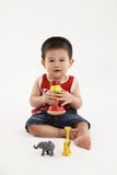 Молодой парень играя с цветастыми игрушками стоковые изображения