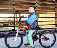 Молодой парень на холодном катании велосипеда bmx снаружи, люди c образа жизни Стоковые Изображения