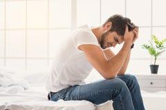 Молодой парень страдая от головной боли стоковые изображения rf