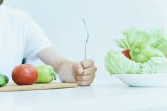 Молодой парень с бородой на белой предпосылке, овощах, vegan, здоровом праве еды стоковая фотография