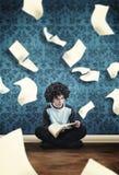Молодой парень читая книгу Стоковое Изображение