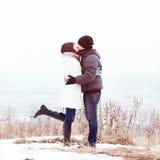 Молодой парк зимы пар, лес, целуя, один другого влюбленности, счастливая семья, отношения концепции стиля идеи, в одеждах Стоковые Изображения RF