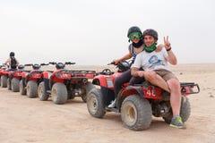 Молодой песок ATV катания пар Стоковая Фотография RF