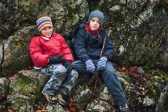 Молодой пеший туризм мальчиков Стоковые Фотографии RF
