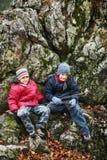 Молодой пеший туризм мальчиков Стоковое фото RF