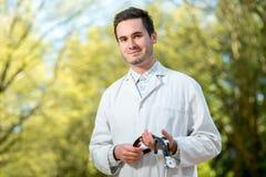 Молодой портрет доктора с стетоскопом Стоковые Изображения RF