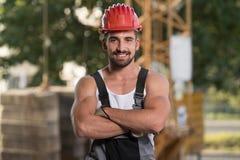 Молодой построитель инженера на строительной площадке стоковая фотография