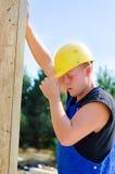 Молодой построитель работая на строительной площадке Стоковое Изображение RF