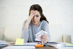 Молодой потревоженный стресс страдания женщины делая отечественные счеты обработки документов бухгалтерии Стоковое Изображение RF