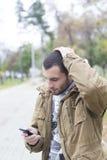 Молодой потревоженный человек смотря его телефон Стоковое фото RF
