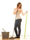 Молодой пол женщины чистки mopping Стоковые Изображения