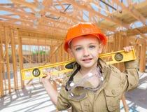 Молодой подрядчик мальчика с уровнем на месте внутри нового домашнего Construc стоковая фотография rf