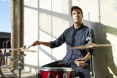 Молодой практиковать барабанщика Стоковое Изображение
