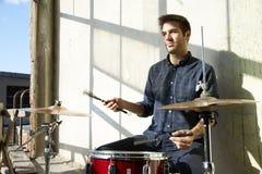 Молодой практиковать барабанщика Стоковые Фото