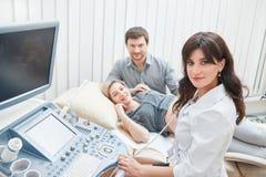 Молодой предпологать пар ребенка и диагностировать в клинике Стоковая Фотография RF