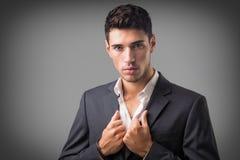 Молодой представлять бизнесмена уверенно изолированный на белизне Стоковое Изображение