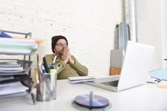 Молодой привлекательный бизнесмен битника работая с компьютером в современном домашнем офисе Стоковые Фотографии RF
