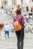 Молодой привлекательный город посещения женщины Стоковые Фото