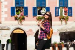 Молодой привлекательный город посещения женщины Стоковые Изображения