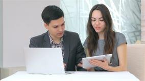 Молодой привлекательный обсуждать бизнесмена и женщины видеоматериал