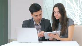 Молодой привлекательный обсуждать бизнесмена и женщины акции видеоматериалы