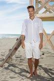 Молодой привлекательный парень в белых одеждах представляя дальше Стоковые Фотографии RF