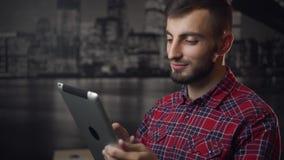 Молодой привлекательный ПК таблетки пользы человека Lumbersexual сток-видео