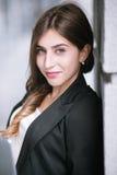 Молодой привлекательный портрет девушки на улице Стоковые Фото