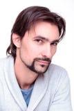 Молодой привлекательный человек вызывающе мысли смотрит в камеру Стоковое фото RF