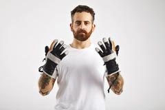 Молодой привлекательный человек демонстрируя перчатки сноуборда стоковые фото