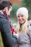 Молодой привлекательный человек предлагает замужество к его влюбленности Стоковое Фото