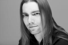 Молодой привлекательный человек с длинными волосами стоковое изображение rf
