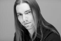 Молодой привлекательный человек с длинными волосами стоковые изображения rf