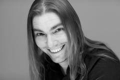 Молодой привлекательный человек с длинными волосами стоковые фотографии rf