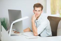 Молодой программист смотрит камеру График-дизайнер думает о будущих проектах Молодая ванта Стоковая Фотография RF