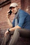 Молодой профессионал бизнесмена на smartphone идя в улицу используя сообщение sms app отправляя СМС на smartphone стоковые изображения rf